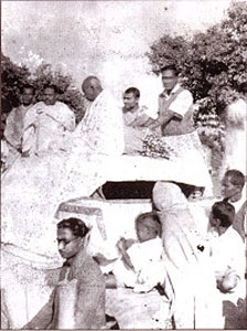Mahatma Gandhi with Iswar Chandra Pramanik, Swatish Chandra Jana  and Pitabas Das at a Spinners' Meet at Khejuri on 03/01/1946